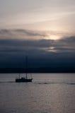 Barca a vela nel tramonto scuro #2 Fotografia Stock