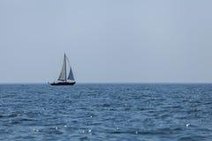 Barca a vela nell'arcipelago svedese Immagini Stock Libere da Diritti