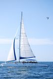 Barca a vela nell'oceano Immagini Stock Libere da Diritti