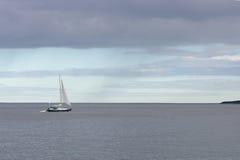 Barca a vela nell'oceano fotografia stock libera da diritti