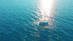 Barca a vela nell'oceano Yacht di navigazione bianco in mezzo all'oceano infinito Siluetta dell'uomo Cowering di affari video d archivio