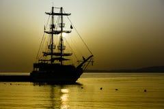 Barca a vela nella baia Fotografie Stock