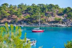 Barca a vela nella baia di bella spiaggia di Aliki, isola di Thassos, Grecia Immagine Stock