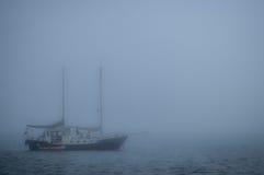 Barca a vela nella foschia Fotografia Stock Libera da Diritti