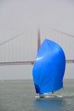 Barca a vela nella parte anteriore golden gate bridge Fotografie Stock