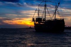 Barca a vela nella penombra fotografia stock