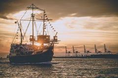 Barca a vela nella penombra immagini stock libere da diritti