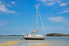 Barca a vela parcheggiata nella sabbia a bassa marea Fotografia Stock