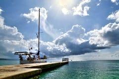 Barca a vela parcheggiata su un bacino nei Caraibi fotografie stock libere da diritti