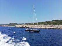 Barca a vela in paxos del mare ionico fotografia stock libera da diritti
