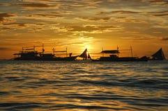Barca a vela profilata su un tramonto Fotografie Stock Libere da Diritti