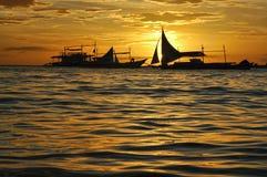 Barca a vela profilata su un tramonto Fotografia Stock