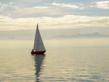 Barca a vela rossa sul lago Constance Germany con le alpi svizzere nella distanza Fotografia Stock Libera da Diritti