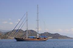 Barca a vela senza vela Fotografia Stock