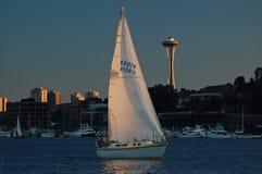 Barca a vela sola al tramonto Fotografia Stock
