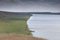 Barca a vela sola nel mezzo del nulla Fotografia Stock