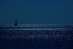 Barca a vela sotto la luna. Fotografia Stock