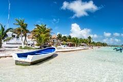 Barca a vela su acqua alla spiaggia, Costa Maya, Messico Fotografia Stock Libera da Diritti
