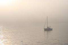 Barca a vela su un'acqua nebbiosa Fotografia Stock