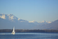 Barca a vela su un lago Fotografia Stock