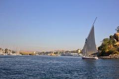 Barca a vela sul fiume Fotografie Stock