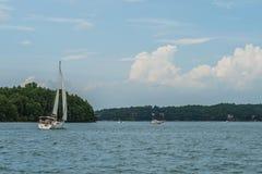Barca a vela sul grande lago Immagini Stock
