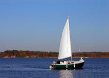 Barca a vela sul lago Fotografia Stock Libera da Diritti