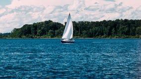 Barca a vela sul lago immagini stock