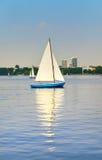 Barca a vela sul lago Alster a Amburgo, Germania Fotografia Stock Libera da Diritti