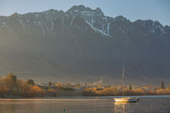 Barca a vela sul lago Wakatipu Immagini Stock Libere da Diritti