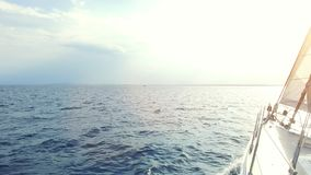 Barca a vela sul mare archivi video