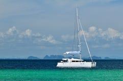 Barca a vela sul mare Fotografie Stock Libere da Diritti