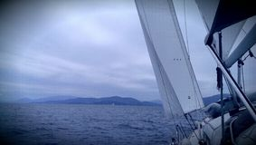 Barca a vela sul mare ionico Fotografie Stock Libere da Diritti
