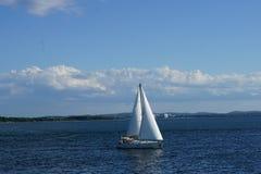 Barca a vela sull'acqua immagine stock
