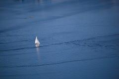 Barca a vela sull'oceano Immagine Stock