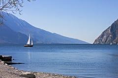 Barca a vela sulla polizia del lago Fotografia Stock Libera da Diritti