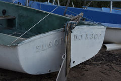 Barca a vela sulla riva Fotografia Stock Libera da Diritti