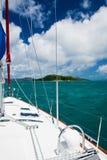 Barca a vela sulla scogliera tropicale Fotografia Stock