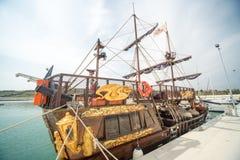 Barca a vela turistica sul pilastro di Sarafovo Burgas, Bulgaria Fotografie Stock