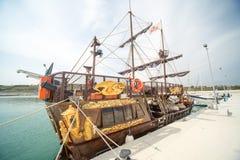 Barca a vela turistica sul pilastro di Sarafovo Burgas, Bulgaria Immagine Stock
