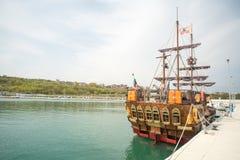 Barca a vela turistica sul pilastro di Sarafovo Burgas in Bulgaria Fotografia Stock