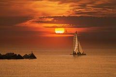 Barca a vela in un mar Mediterraneo calmo vicino a Barcellona spazio vuoto della copia Immagini Stock Libere da Diritti