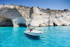 Barca a vela in una bella baia, isola di Milo, Grecia immagine stock libera da diritti