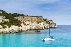 Barca a vela in una spiaggia mediterranea Fotografia Stock