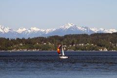 Barca a vela variopinta sulla penisola olimpica del suono di Puget Fotografie Stock Libere da Diritti