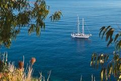 Barca a vela vicino all'isola di Elba, Toscana, Italia fotografia stock libera da diritti