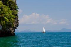 Barca a vela vicino all'isola in mare il mare delle Andamane Fotografia Stock