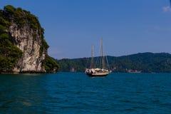 Barca a vela vicino all'isola in mare il mare delle Andamane Immagini Stock Libere da Diritti