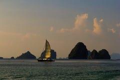 Barca a vela vicino all'isola in mare il mare delle Andamane al tramonto Immagini Stock Libere da Diritti