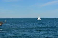Barca a vela vicino alla costa Immagine Stock